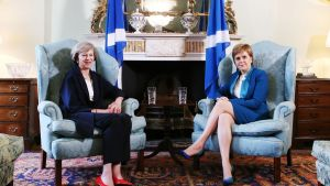 The4resa May ja Nicola Sturgeon istuvat vaaleansinisissä nojatuoleissa.