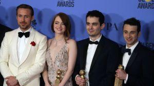La La Landin näyttelijät Ryan Gosling ja Emma Stone sekä ohjaaja Damien Chazelle ja säveltäjä Justin Hurwitz Golden Globe -palkinnot käsissään.