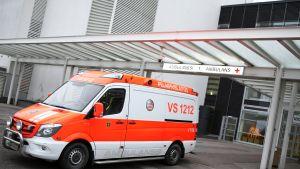 Ambulanssi seisoo Tyksin T-sairaalan ovien edessä.