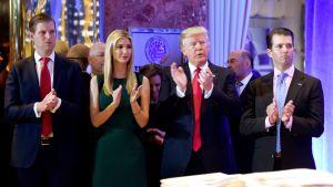 Eric Trump (kuvassa vasemmalla) ja Donald Trum Junior (oikealla) isänsä ja siskonsa kanssa Trump Towerissa, New Yorkissa, 11. tammikuuta.