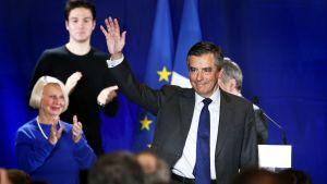 François Fillon vilkuttaa yleisölle pidettyään puheen Nizzassa.