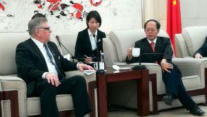 Rovaniemen kaupunginjohtaja ja Kiinan ulkoiluministeri Gou Zhongwen Pekingissä.