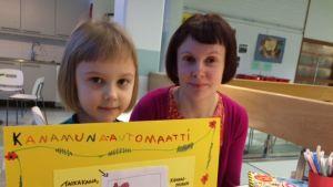 Kuvassa Aino ja hänen äitinsä Noora.