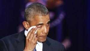 Barack Obama pyyhkii silmäkulmaansa.