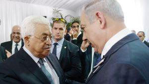 Abbas ja Netanjahu kättelevät vakavina.
