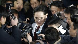 Samsungin varapuheenjohtaja Lee Jae-yong toimittajien ympäröimänä