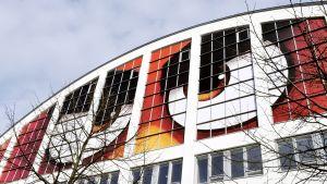 Angry Birds -elokuvan mainos Tennispalatsin seinässä.