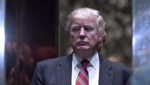Yhdysvaltain tuleva presidentti Donald Trump hissiaulassa Martin Luther King III tapaamisen jälkeen Trump Towerissa New Yorkissa 16. tammikuuta 2017.