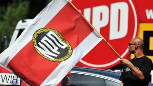 NPD-puolueen lippuja.