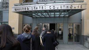 Median edustajat odottavat pääsyä liittovaltion oikeustaloon Oaklandissa, Kaliforniassa.
