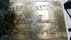 Hary Winstonin koruliikkeen kyltti New Yorkissa.