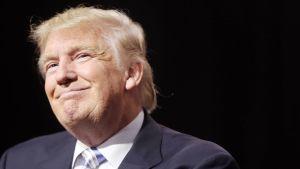 Donald Trump hymyilee.