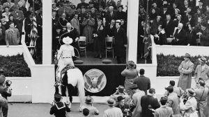 Cowboy lassoaa Eisenhowerin virkaanastujaisissa.