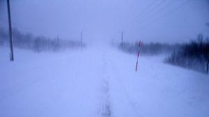 Kilpisjärven tie lumimyräkän aikana
