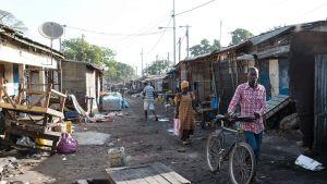 Gambian pääkaupungissa Banjulissa on suljettu kauppoja, yrittäjät ovat paenneet levottomuuksia maaseudulle tai Senegaliin. Kuvassa suljettu tori Länsi-Banjulin Serrekundassa.