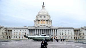 Sotilashelikopteri Capitol-kukkulalla Washington DC:ssa 20. tammikuuta.