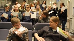 Kuvassa Kalajoen lukion kansainvälisten opintojen oppilaat esittelevät DNA-testipakkauksiaan