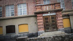 Ristikarin remontoitava kielikylpykoulu Pietarsaaressa.