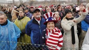 Ihmiset kuuntelivat Donald Trumpin puhetta Washingtonissa perjantaina.