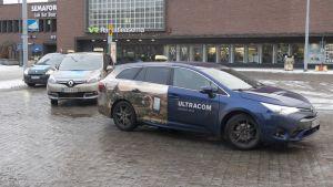 Takseja odottamassa kyytejä Tampereen rautatieasemalla.