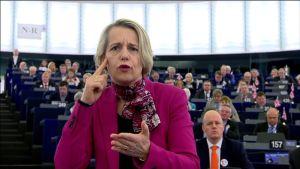 Helga Stevens lähikuvassa pitämässä viittomakielistä puhetta Euroopan parlamentissa.