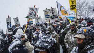 Yli 700 ihmistä kokoontui 7. joulukuuta 2016 vastustamaan öljy-putken rakentamista intiaanireservaatin vesilähteen alapuolelle Pohjois-Dakotassa.