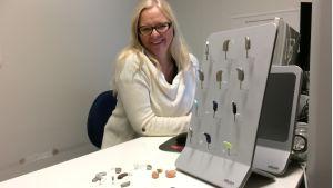 Audionomi Eira Elomaa esittelee kuulokojeita