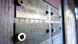 Muistolaatat pieneläinten hautausmaalla Rovaniemen Tavivaarassa