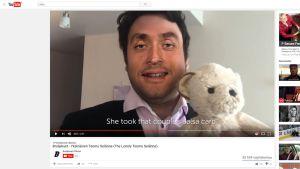 Kuvakaappaus youtube-videosta, joka parodioi Teemu Selännettä.