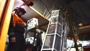 Kairakoneen käyttäjä Arctic Drilling Companyn timanttiporauskoneen ohjaimissa.