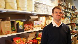 Uuden Ekamarketin johtaja Ville Kuusisto lupaa nopeita toimitusaikoja kotiovelle.