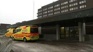 Ambulansseja Kymenlaakson keskussairaalan pihassa