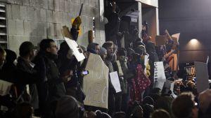 Ihmiset protestoivat Yhdysvaltain presidentin Donald Trumpin asettamia maahanmuuttorajoituksia John F. Kennedyn lentokentällä New Yorkissa 28. tammikuuta.