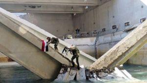 Sotilaat kiipeilivät vedenjakeluaseman rakenteissa.
