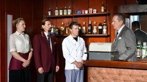 Toivon tuolla puolen -elokuvan ravintola Kultainen tuoppi rakennettiin ja lavastettiin Kaartin maneesiin.