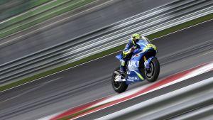 moottoripyörä vauhdissa kilparadalla