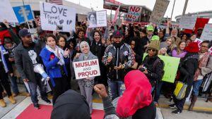 ihmisiä kokoontuneena mielenosoitukseen
