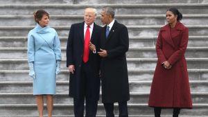 Presidenttiparit kongressin portailla Washingtonissa Trumpin virkaanastujaispäivänä 20. tammikuuta.