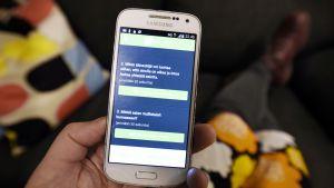 Ehdokkaiden täytettäv vaaligalleria -sovellus puhelimen näytöllä.