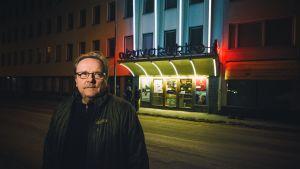 Sakari Kuosmanen elokuvateatteri Kuvakukon edustalla.