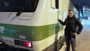Matti Mustola Kouvolan asemalla veturin vierellä