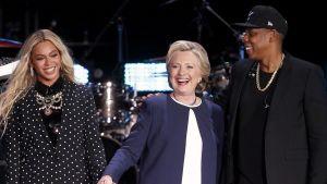 Beyoncén ja Jay-Z:n välissä seisoo Hillary Clinton.