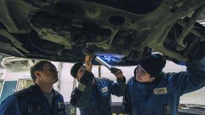 Autoalan opiskelijoita ammattikoulu.