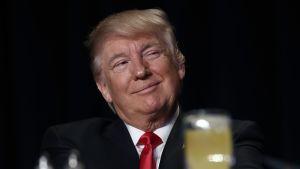 Hymyilevä Trump