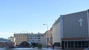 Jyväskylän Helluntaiseurakunnan temppeli, kauppahalli ja Vanhan Lyseon uusi osa.