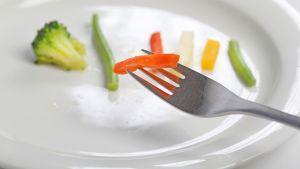 Vihanneksia lautasella.