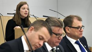 Kansanedustaja Li Andersson puhui eduskunnan täysistunnossa Helsingissä 8. helmikuuta 2017.  Etualalla valtiovarainministeri Petteri Orpo, ulkoministeri Timo Soini ja pääministeri Juha Sipilä.