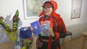 Kirjailija Kerttu Vuolabin teos Valon airut sai ensimmäisen Lappi-kirjallispalkinnon.