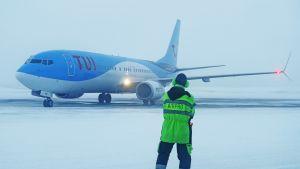 TUI-lentoyhtiön Boeing 737-800 -kone Kittilän lentokentällä.