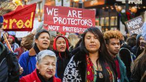 Intiaaneja mielenilmauksessa vastustamassa Dakotan öljyputkihanketta Chicagossa viime marraskuussa.